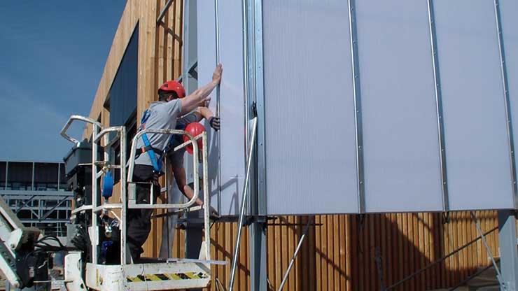 Installation de polycarbonate en façade